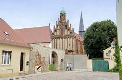 Kloster Marienstern in Mühlberg / Elbe. Das Zisterzienserinnenkloster wurde 1228 gegründet; die einschiffige Klosterkirche ist ein gotischer Backsteinbau mit romanischen Elementen. 1539 wurde das Kloster im Zuge der Reformation säkularisiert.