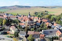Blick von Schloss Mansfeld auf die Stadt und die St. Georg Kirche. Im Vordergrund rechts der sich mit dem Ortsbild wunderbar verschmelzende Museumsneubau - Elternhaus Luthers.