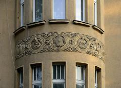 Dekor am Erker einer Stadtvilla in der Grudziądzka / Toruń - Bienenkorb für Fleiss, Eulen für Weisheit.