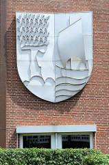 Wappen von Geesthacht beim Rathaus der Stadt.