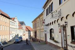 Blick in die Lutherstraße von Mansfeld, re. das historische Gasthaus Oberer Gasthof und Zur Guten Quelle.