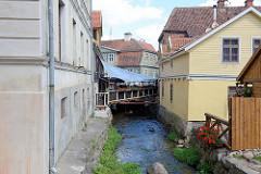 Alekšupīte-Bach in Kuldīga, schmales Gewässer zwischen den Wohnhäusern der Stadt.