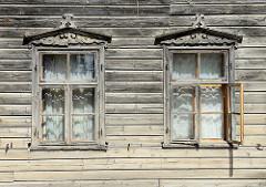 Holzfassade, Holzfenster mit Ziergiebel in Kuldīga / Lettland.