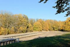 Bahnsteig der Buchenwaldbahn - im Frühjahr 1943 mussten KZ-Häftlinge für die SS innerhalb von nur drei Monaten die zehn Kilometer lange Bahnlinie zwischen Weimar-Schöndorf und Buchenwald bauen. Sie diente zunächst der Versorgung des Rüstungswerks. Se