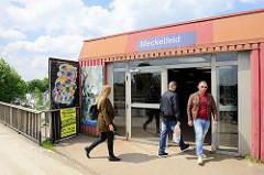 Bahnhof - Haltestelle in Meckelfeld; Beton- und Blechcharme der 70er-Jahre.