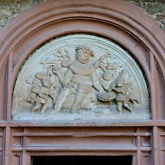 Bacchus Relief über dem Eingang zum Weinkeller auf dem Schloss Mansfeld.