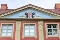 Wappen an der Fassade vom Stadtmuseum in Limbaži / Lemsal - ehem. Rathaus, restauriertes Gebäude in der Altstadt.