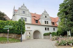 Eingang vom Renaissanceschloss Strehla aus dem 15 / 16. Jahrhundert - das älteste Gebäudeteil ist von 1335. Das Schloss bildet ein geschlossenes Geviert mit Architekturformen der Spätgotik und Renaissance, der elbseitige Flügel, erbaut um 1530.