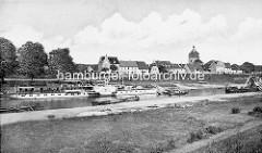 Historische Ansicht vom Hafen in Mühlberg / Elbe; ein Raddampfer, Ausflugsschiff hat am Anleger festgemacht.