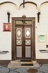 Eingangstür vom historischen Gasthaus Oberer Gasthof und Zur Guten Quelle in Mansfeld.