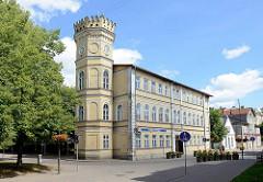 Neogotische Architektur - freistehender Turm mit Zinnen; Apothekengebäude in Kuldīga