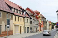 Hauptstraße von Strehla - Bundestraße 182; Wohnhäuser teilweise grauer Putz oder farbig gestrichen, restauriert.