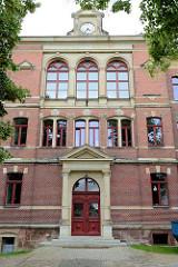 Eingangsportal - historisches Gebäude 19. Jahrhundert,  Türinschrift Grundschule Strehla.