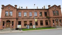 Backsteinarchitektur der Gründerzeit; ehem. Schulgebäude - jetzt u. a. Nutzung als Café in der Gaujas iela, Cēsis.