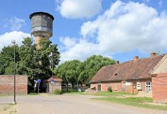 Alter Wasserturm mit Holzkuppel - historische Architektur / technisches Denkmal in Kuldīga / Lettland.