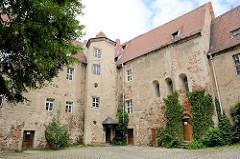 Innenhof mit Turm / Treppenhaus - vom Schloss Mühlberg, 1272 als Wasserburg  erwähnt; 1545 nach einem Stadtbrand  als Jagdschloss wiederaufgebaut.  Spätere Nutzungen erfolgten als Amtsgericht, Gefängnis und seit 1859 Hauptzollamt.
