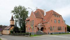 Privatvilla - erbaut 1912, Architekt V. Resler - ehem. Sitz vom lettischen Stadtrat  Cēsis - jetzt Kunstschule; im Hintergrund die römisch katholische Kirche.
