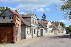 Typische Landesarchitektur in Kuldīga / Lettland; Wohnhäuser / Doppelhäuser teilw. mit Holzfassade - Ziegelgebäude, Gewerberaum.