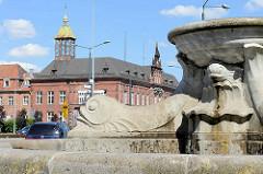 Brunnen am Plac Słowiański in Elbląg / Elbing, dahinter das historische Postamt, erbaut 1887.
