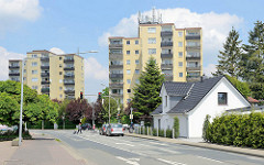 Hochhäuser und  altes Einzelhaus an der Glüsinger Straße in Meckelfeld.
