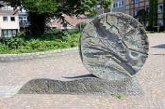 Kunst im Öffentlichen Raum - Steinrelief mit Stadtansicht am Rathausplatz von Geesthacht.