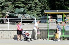 Bushaltestelle - Sowjetischer T34/85 Panzer als Erinnerung an die Befreiung durch die sowjetischen Truppen in Elbląg / Elbing.
