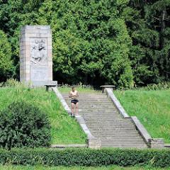 Denkmal mit Steintreppe - Bilder aus Valmiera, Lettland.