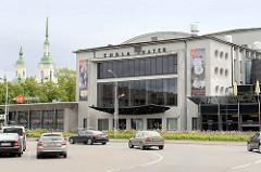 Gebäude vom Endla Theater in Pärnu - im Hintergrund die Kirchtürme der orthodoxen Katharinenkirche, erbaut 1768.