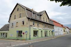 Ehemaliges HO Kaufhaus an der Gneisenaustraße in Schildau - Wohn und Geschäftshaus mit Mansarddach.
