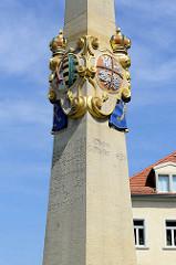 Nachbildung einer Kursächsische Postmeilensäule aus dem Jahr 1722 in Meißen bei der Altstadtbrücke - vergoldetes Wappen; Reisezeit nach Dresden 5 Std. 3/8.