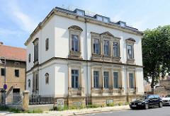 Villa mit Einfriedung - historische Architektur mit modernem Dachausbau in der Hafenstraße von Meißen.