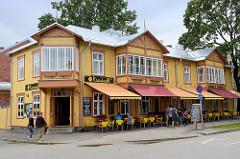 Farbige Holzarchitektur - Erkerfenster mit Dekorgiebel - Apartmenhaus, Restaurant / Café - Karusselli, Pärnu.