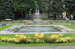 Lydia Koidula Park in Pärnu; Springbrunnen - Denkmal Lydia Koidula (1843-1886) - Dichterin, Publizistin; Bronzeskulptur errichtet 1929 - Bildhauer Amandus Adamson.