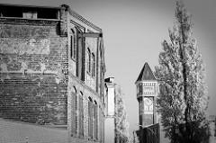 Historische Industriearchitektur - Lagergebäude und Uhrenturm der Fa. Commentz, errichtet 1922 für den damalige Terpentin-Destillationsbetrieb in Hamburg Billbrook.