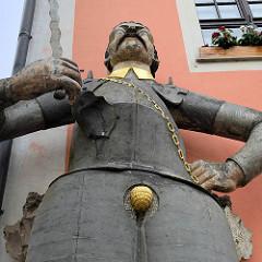 Standbild Roland - Rolandsfigur mit Harnisch + Flammenschwert; errichtet 1610 - Künstler Peter Bühringer. Eine Figur vom Roland symbolisiert das Stadtrecht.