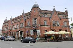 Geschäftsgebäude mit Ziegelfassade - aufgesetzten Giebeln; Turmelement mit Kupferdach - Hotel / Restaurant Straße Rüütli in Pärnu.