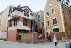 Moderner Neubau - historisches Backsteingebäude, Architekturbilder aus Toruń.