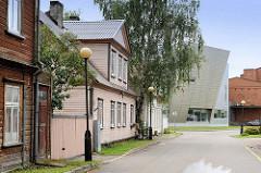 Historische Holzarchitektur und modernes Verwaltungsgebäude im Hafengebiet von Pärnu.
