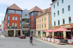 Moderne und historische Bebauung in der Meißener Altstadt - Geschäftshäuser mit farbiger Fassade, Aussengastronomie an der Neugasse.