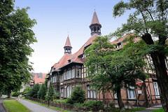 Dom szachulcowy / Fachwerkhaus - historisches Doppelhaus mit Dachtürmen; Architektur in Toruń .