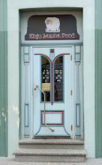 Jugendstiltür, Holztür im Stil des Art Nouveau mit farbig abgesetzten Leisten - Geschäftseingang in Pärnu.