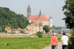 Fussweg / Radwanderweg am Ufer der Elbe bei Meißen; Blick über die Elbe zum Burgberg der Albrechtsburg in Meißen - spätgotisches Architekturdenkmal, einer der ersten Schlossbauten in Deutschland; errichtet 931. Dahinter der St. Johannis und St.