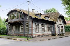 Typische Architektur in Estland Holzhaus mit Erker / Schnitzereien - Wellplatten als Dachdeckung; Bilder aus Pärnu, Estland.