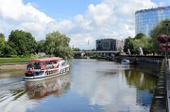 Fahrgastschiff Pegasus mit Touristen an Bord auf dem Fluss Emajõgi in Tartu.