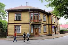 Eckhaus in der Straße Nikolai in Pärnu - Holzgebäude mit Balkon - Holztür.