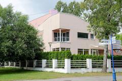 Modernes Wohnhaus mit eingelassenem Eckbalkon - Kurgebiet von Pärnu, Estland.