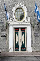 Eingangstür mit lettischen Flaggen - ovales Oberlicht, Rathaus am Nikolai in Pärnu - erbaut 1911, Entwurf Rigaer Architekt Wilhelm Bockslaff .