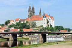 Blick über die Elbe zum Burgberg der Albrechtsburg in Meißen - spätgotisches Architekturdenkmal, einer der ersten Schlossbauten in Deutschland; errichtet 931. Dahinter der St. Johannis und St. Donatus Dom, Baubeginn um 1260 - gotische Hallenkir