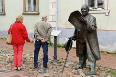 Fussgängerzone, Rüütli in Pärnu - Bronzskulptur Johann Voldemar Jannsen, Vater des estnischen Journalismus; Bildhauer Professor Mati Karmin, 2007.