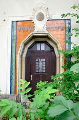 Eingang mit Kacheln / Fliesen verkleidet - ehemalige Fabrikanten-Villa einer Kachelfabrik,